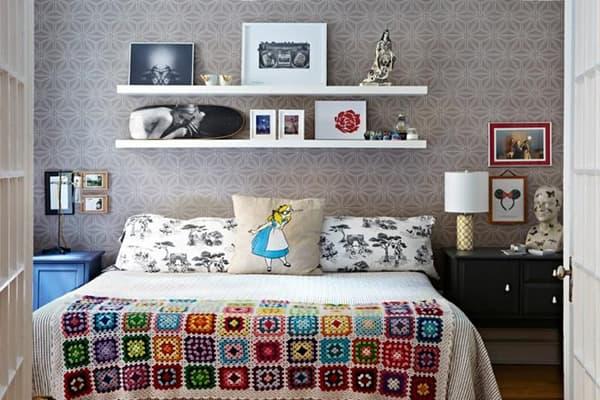 Полки IKEA в спальне