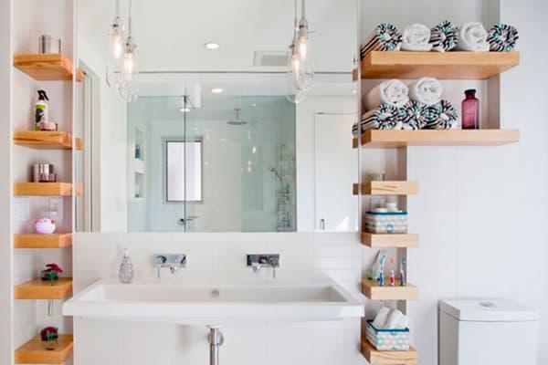 Деревянные полки в ванной