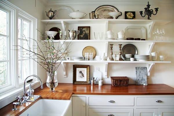 Полки в цвет стен на кухне