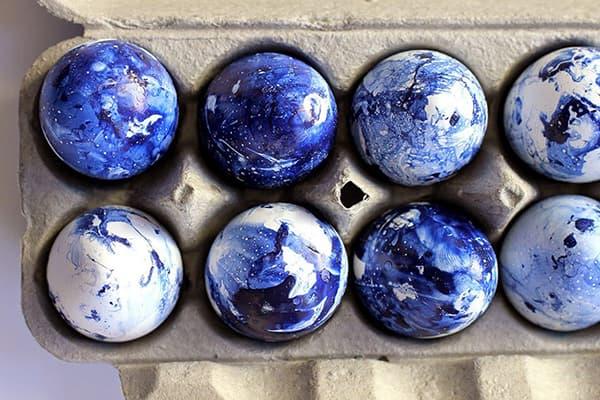 Пасхальные яйца с синими разводами