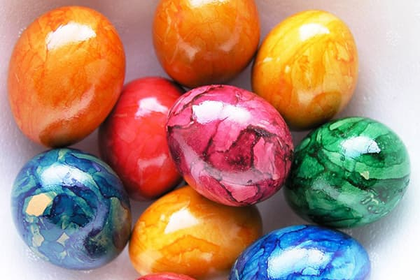 Пасхальные яйца с разводами красителя