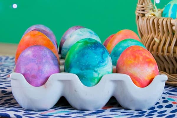 Яйца, окрашенные с помощью пены для бритья