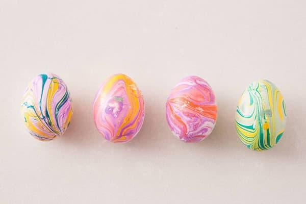 Яйца, окрашенные лаком для ногтей