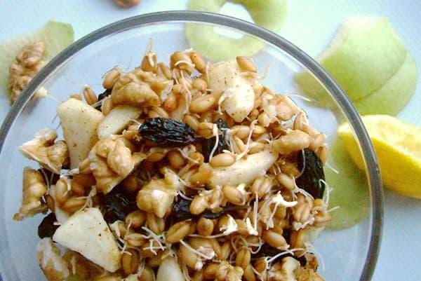 Завтрак из яблок, ростков пшеницы, орехов и сухофруктов
