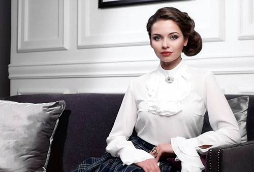 Девушка в белой синтетической блузке
