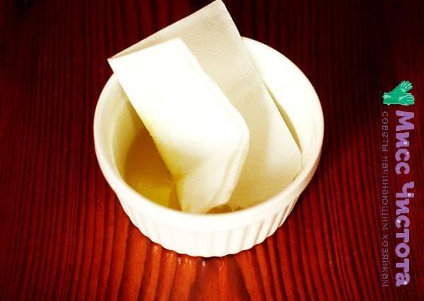 смоченная в масле салфетка