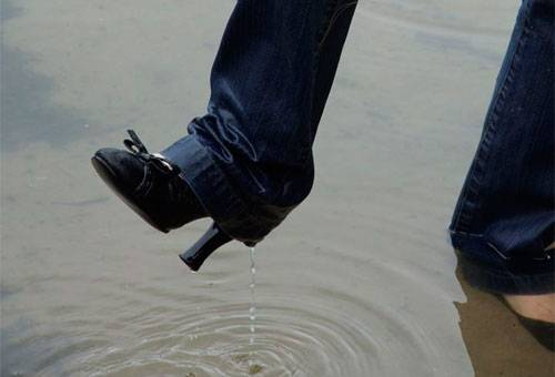Промокшая замшевая обувь