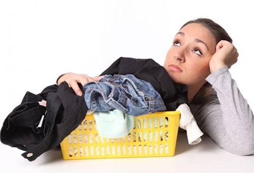 Девушка думает, как стирать одежду