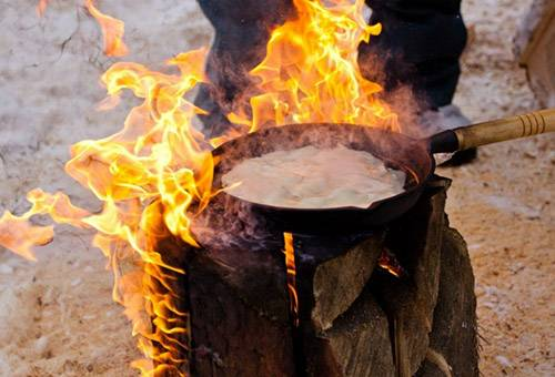 Прокаливание сковороды на открытом огне
