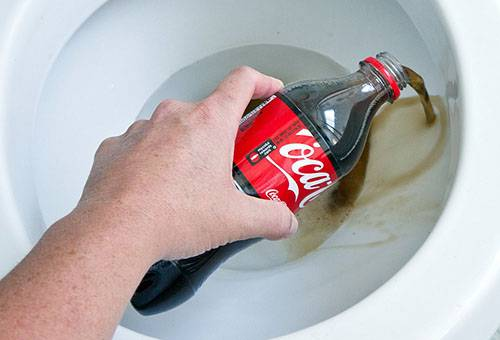 "Чистка унитаза ""Кока-колой"""