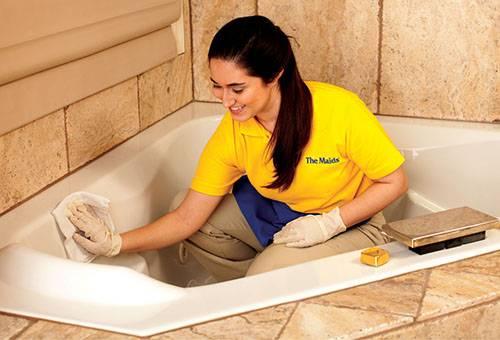 Девушка чистит ванну