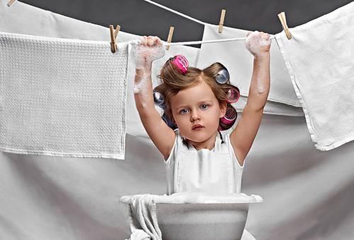 Девочка стирает полотенца