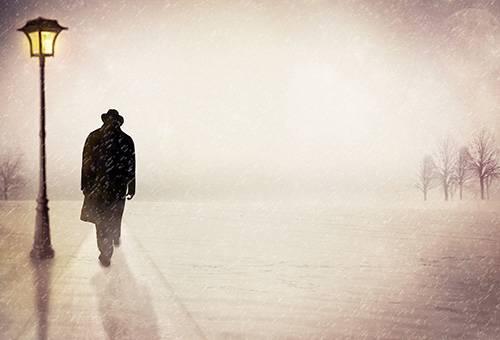 Рисунок - мужчина в шляпе и плаще под дождем