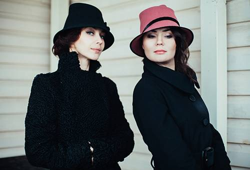 Девушки в фетровых шляпках