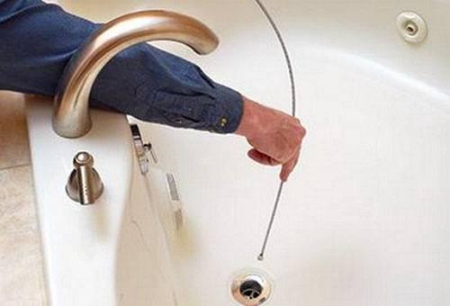 Прочистка слива в ванной тросом