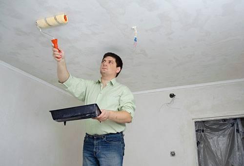 Обработка побеленного потолка водой