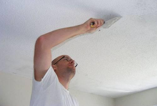 Удаление побелки с потолка шпателем