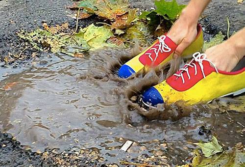 Замшевые туфли в луже
