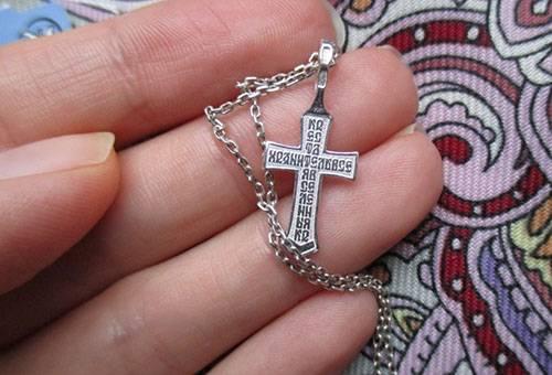Серебряный крестик на цепочке