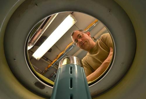 Мастер осматривает стиральную машину