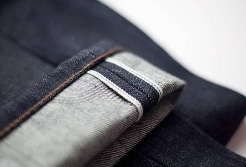 Отворот новых джинсов