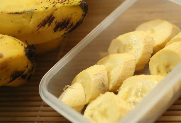 Очищенные бананы в контейнере