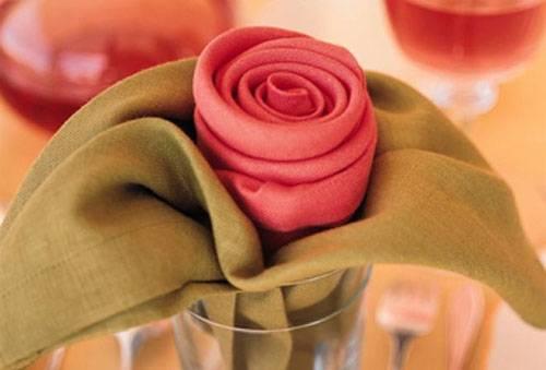 Салфетки, сложенные розочкой в стакане