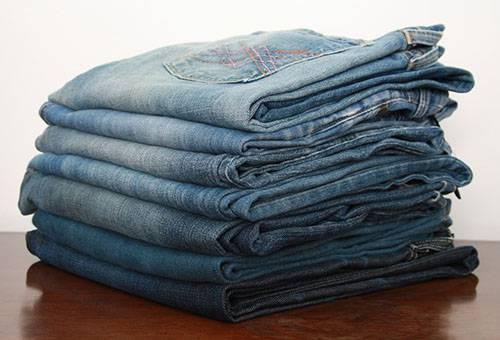 Стопка сложенных джинсов