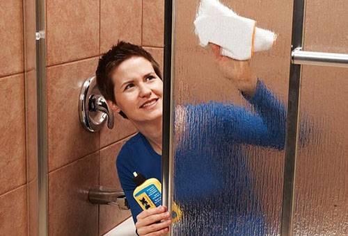 Мытье стеклянной дверцы душевой кабины