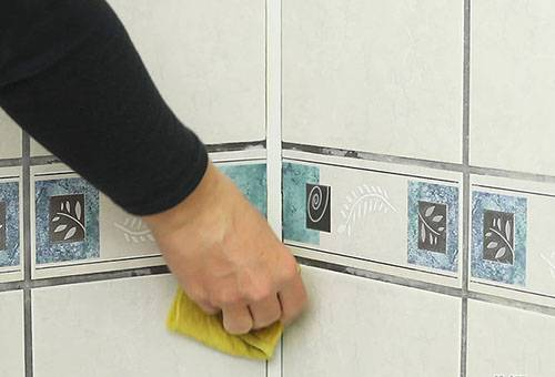 Мытье плитки в душевой кабине