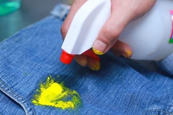 Пятно краски на джинсовой ткани