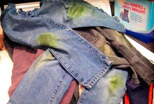 испачканные джинсы в траве