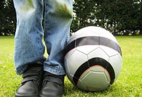 мальчик в испачканных джинсах