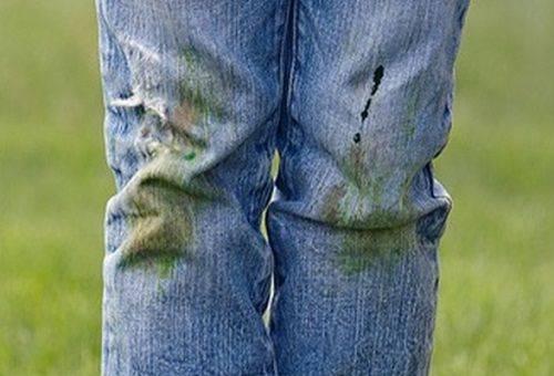испачканные травой джинсы