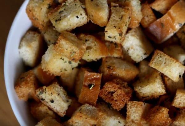 Сухари из белого хлеба с травами