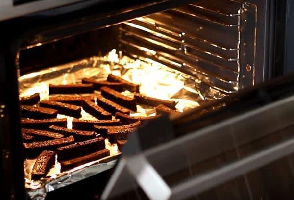 Сухари из черного хлеба в духовке