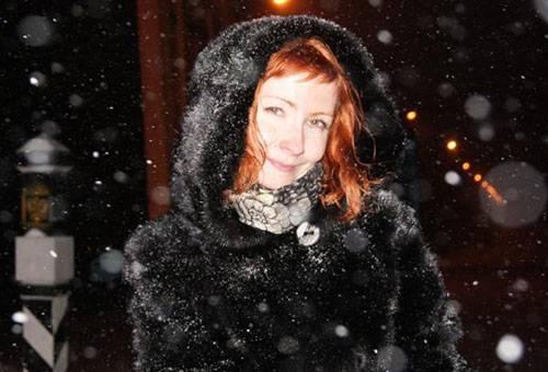 Женщина в норковой шубе под снегопадом