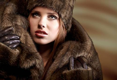 Девушка в шубе и шапке из меха норки