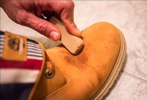 Чистка ботинка из нубука ластиком
