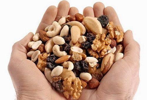 орешки в руках