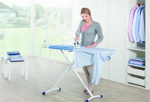 женщина гладит рубашку