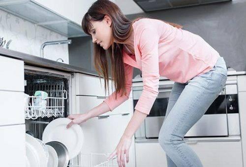 девушка у посудомоечной машины