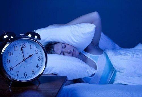 ночной шум не дает спать девушке