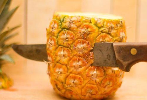 чистка ананаса ножом