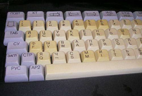 Пожелтевшие кнопки на клавиатуре