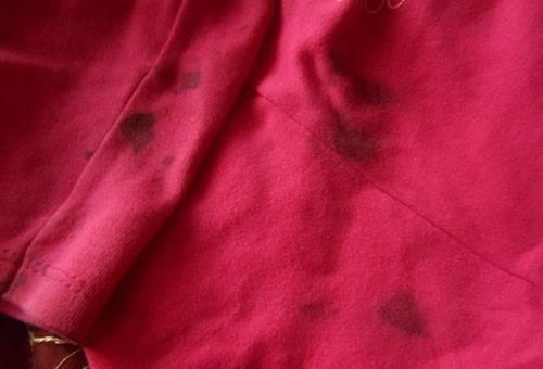 Застаревшие пятна от краски для волос на футболке