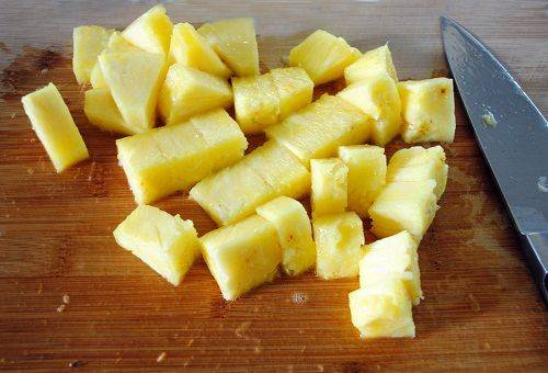 нарезанный спелый ананас