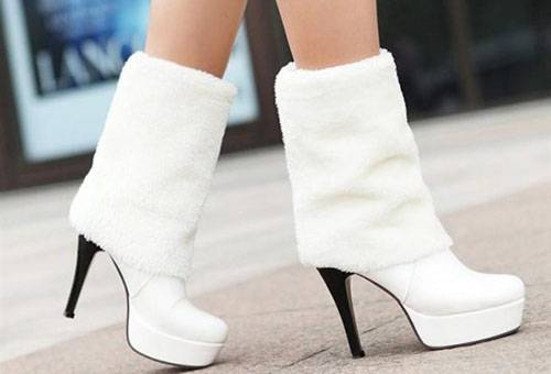 Белый мех на обуви