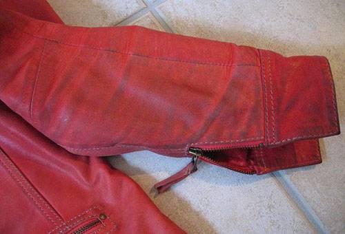 Засаленный рукав кожаной куртки
