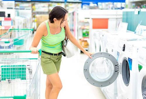 Женщина выбирает стиральную машину